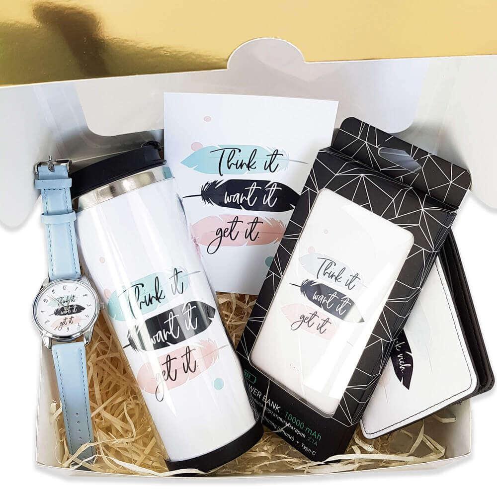 Упаковочная коробка с подарками