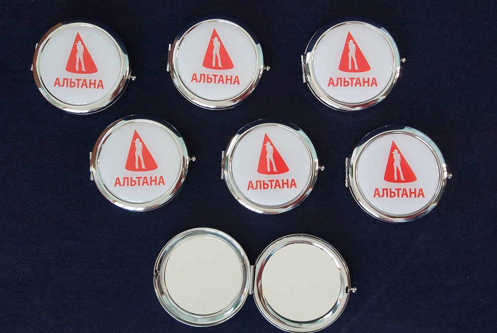 Зеркало с логотипом компании