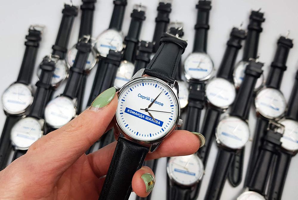 наручные часы с лого