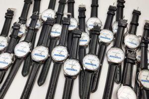 наручний годинник з емблемою