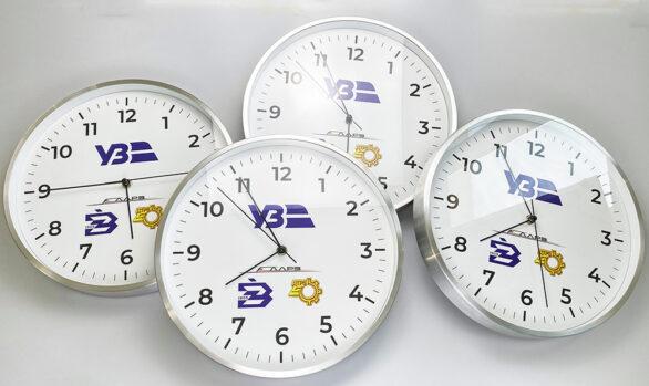 настінні годинники з лого