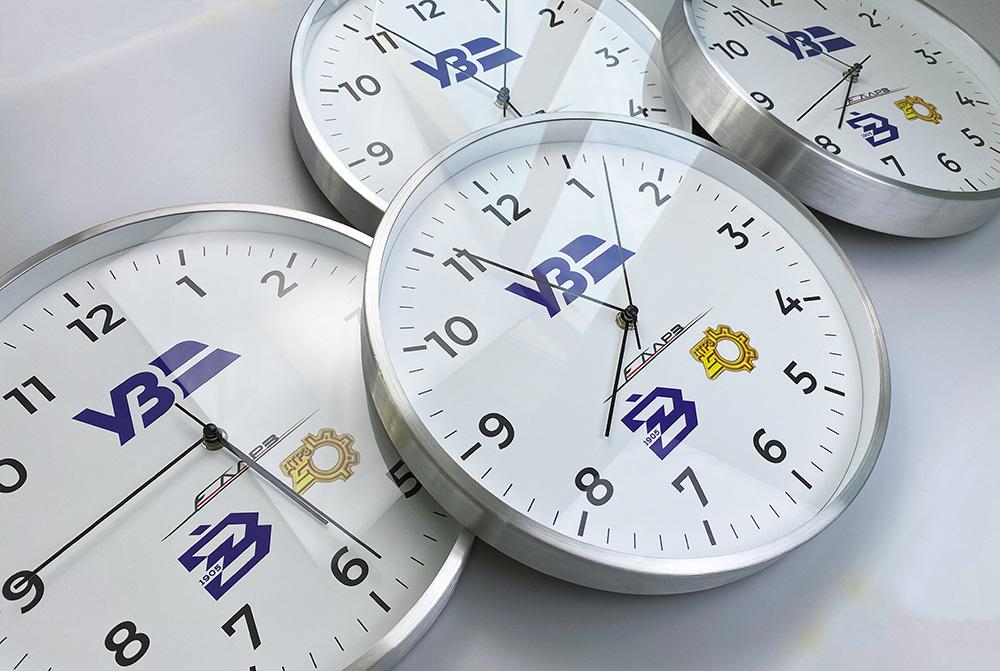 часы на стену с изображением